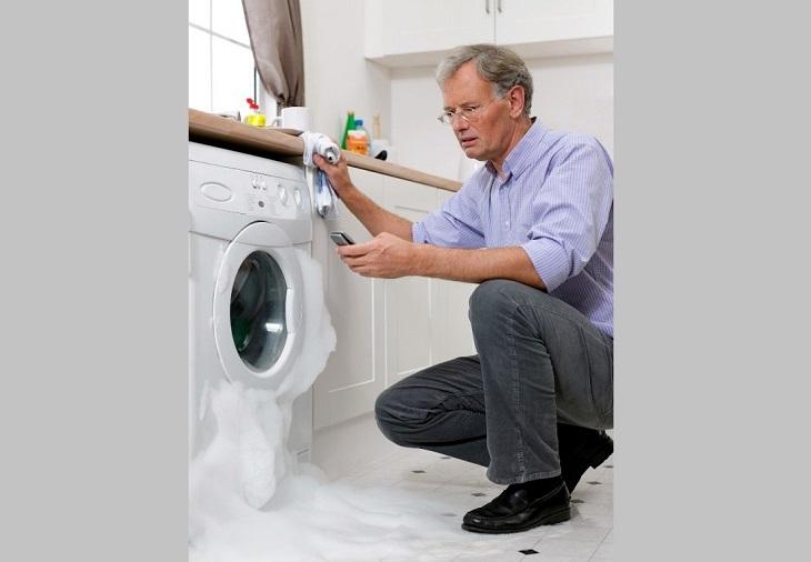 cách xử lý hiện tượng máy giặt bị trào bọt